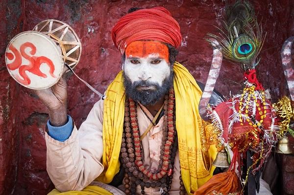 In der heiligen Stätte Pashupatinath sind betende Sadhus allgegenwärtig. klein