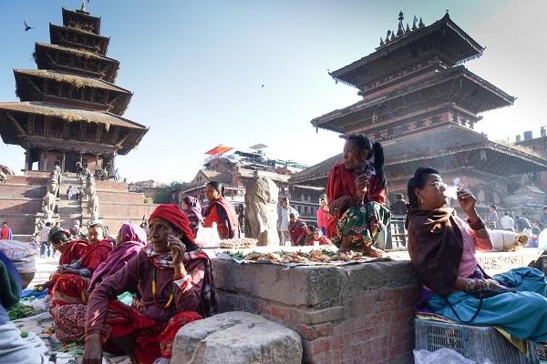 Vor Sonnenaufgang füllt sich der Taumadhi Platz in Bhaktapur mit Marktleuten. klein