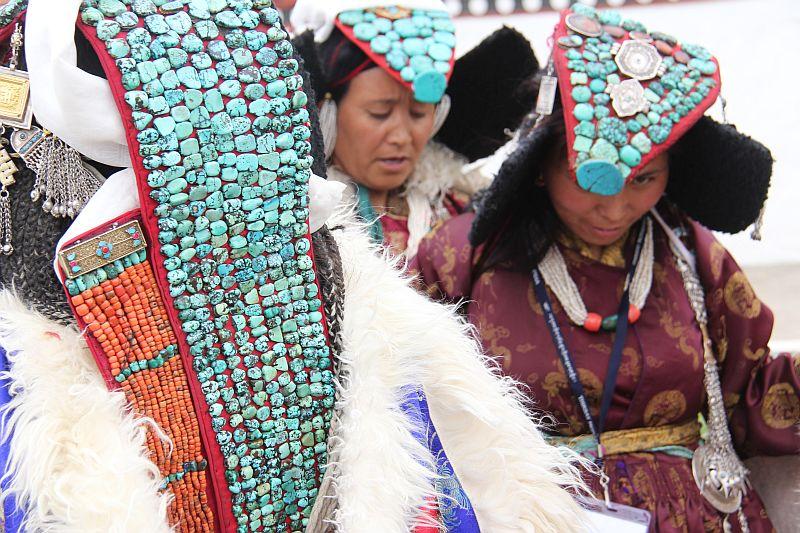 Zu Festlichkeiten tragen Frauen den traditionellen Kopfschmuck Perak